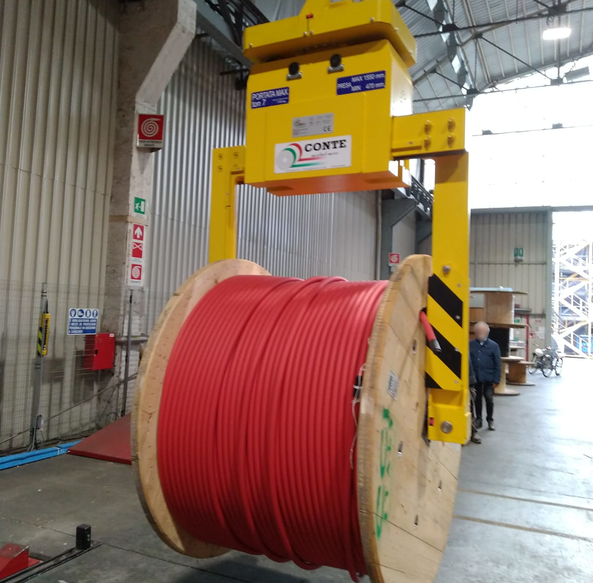 Tong for wooden cable drums